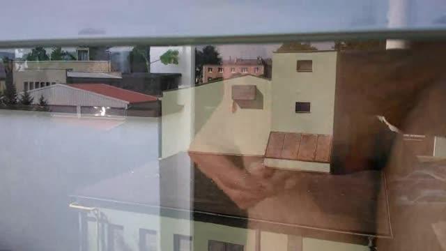Přes sklo na balkóně